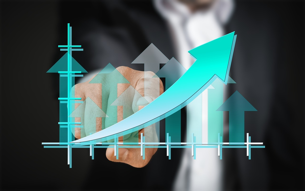 businessman pointing at upward graph for a pay per click campaign